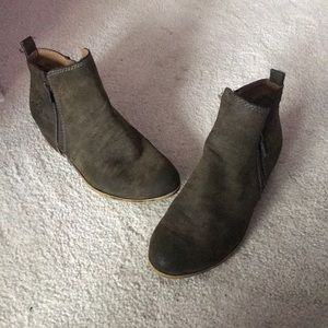 Girls lucky brand boots.